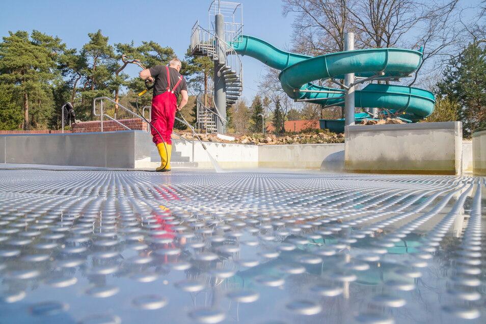 Fehlt jetzt nur noch Badewetter: Olaf Hansch hat die Schwimmbecken im Nieskyer Waldbad schon geputzt, die neuesten Lockerungen erlauben nun endlich eine Öffnung der Freibäder.