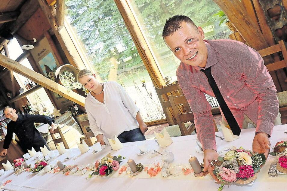 Endlich kann Martin Weise - hier mit Ehefrau Jana und Küchenchef Stephan Otto - im Eibauer Brauhaus wieder Feiern ausrichten. Doch nun drohen den Gastronomen wieder neue Einschränkungen.