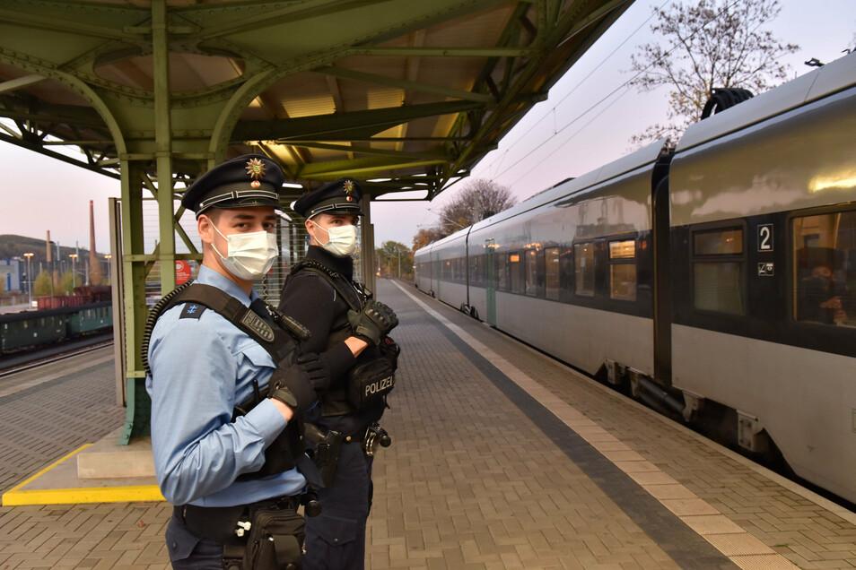 Auf dem Bahnsteig in Hainsberg ist kaum jemand zu sehen, trotzdem herrscht auch hier Maskenpflicht.