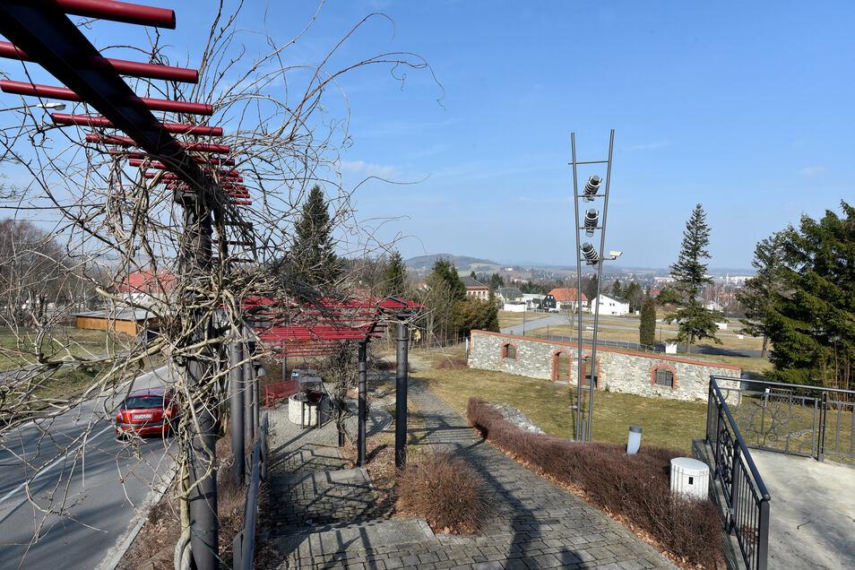 Die Eiskeller-Fläche in Neugersdorf heute. Bauteile aus der Fabrik wurden verwendet, zum Beispiel die Säulen.