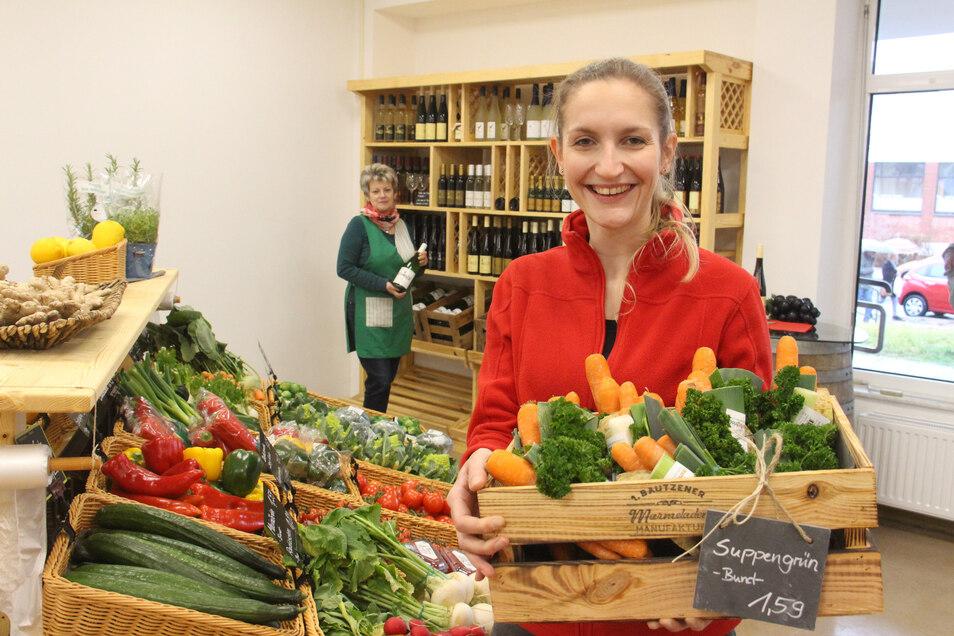 """Marie Rietscher (vorn) und Bärbel Noack empfangen jetzt in ihrem """"Früchteladen"""" an der Erich-Weinert-Straße Kunden."""