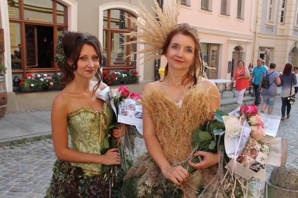 Beim Altstadtfestival verteilten Olga Wos und Katharina Bühn (v.l.) an die Besucher in dre Heringstraße Rosen. Die beiden waren eingekleidet in Gewänder, die der Florist Heiko Steudtner mit Blüten und Gräsern gestaltet hatte.