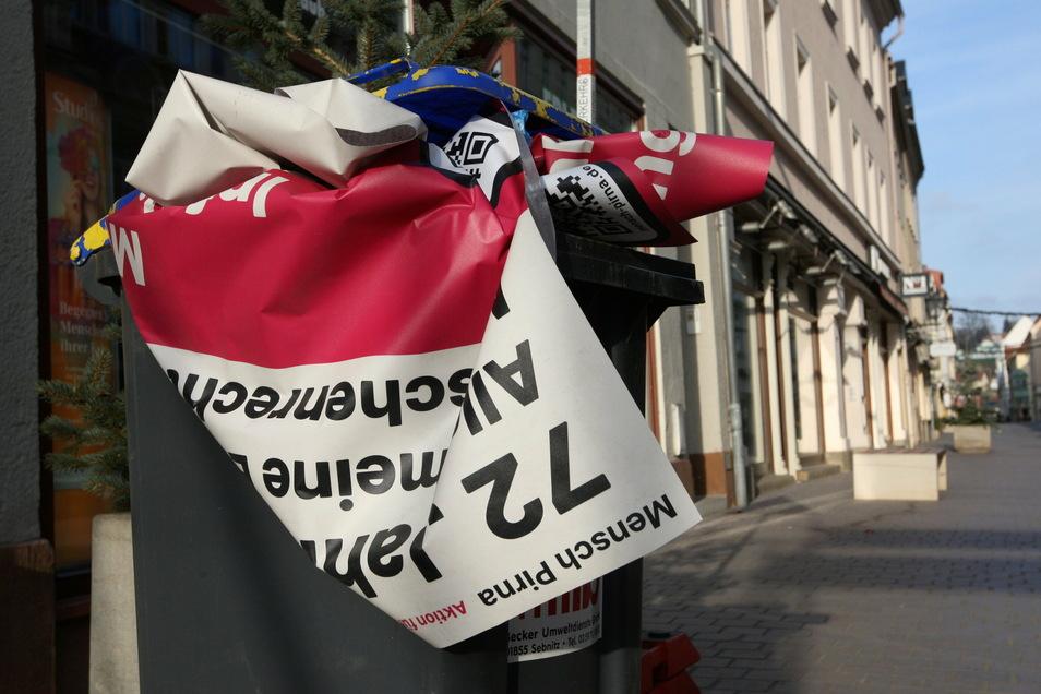 Menschenrechte-Aufkleber zum Thema Pressefreiheit: Zerknüllt entsorgt in einer Mülltonne auf der Dohnaischen Straße.