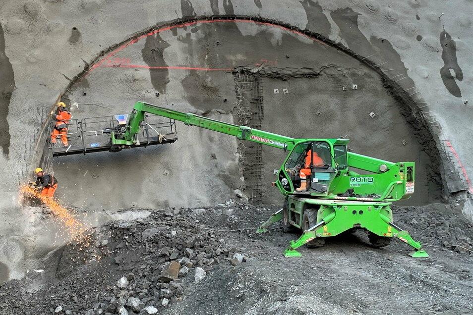 Funkenflug am Kohlbergtunnel: Fachleute sichern den Einschnitt, bevor es in den Berg geht.