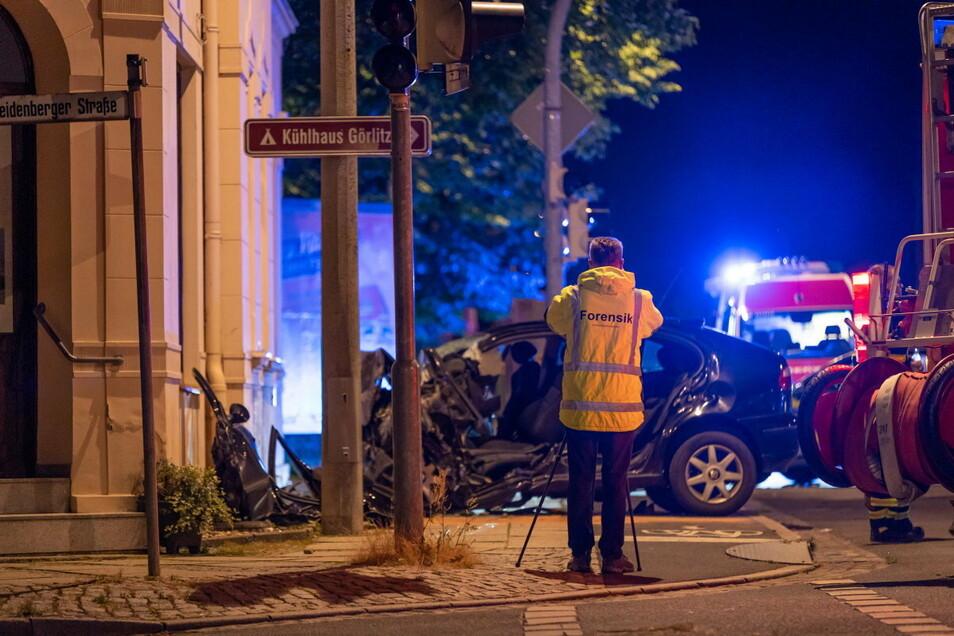 Besonders tragisch: Bei einem Unfall mussten Feuerwehrleute einen toten Kameraden in Weinhübel bergen.