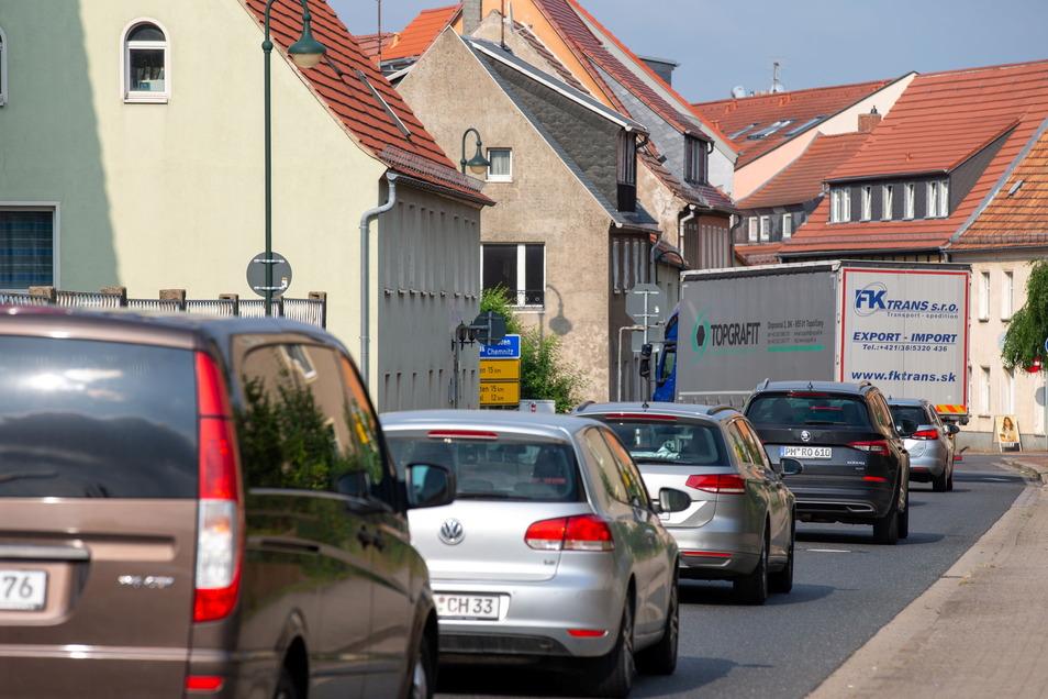 Täglich wiederholen sich diese Bilder: Auf der Nossener Straße in Wilsdruff kommt es zu Staus, weil die Straße zu schmal ist, um als Umleitung für die A4 zu fungieren.