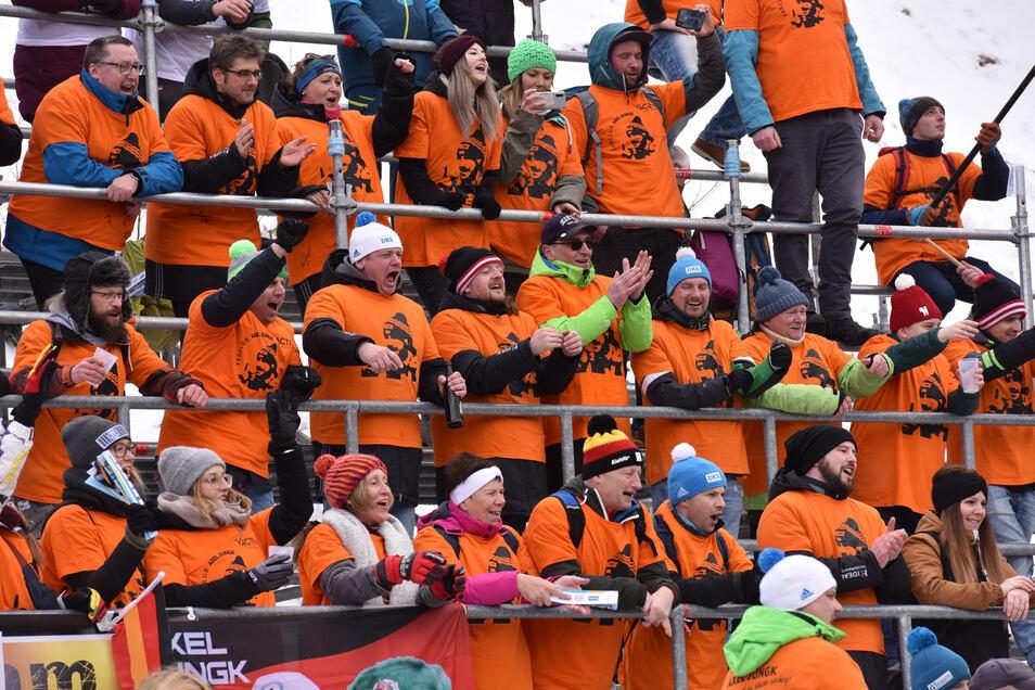 Orangefarbene T-Shirts am Eiskanal - das ist der Fanclub von Axel Jungk, Sachsens bestem Skeletoni.