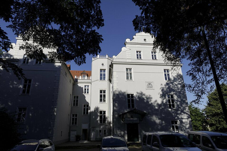 So schön sieht Schloss Gersdorf nur von außen aus. Innen ist ein Teil für die Schule hübsch saniert, ein Teil notdürftig erneuert, ein Teil noch DDR-Standard. Die Sanierung soll fünf Jahre dauern.