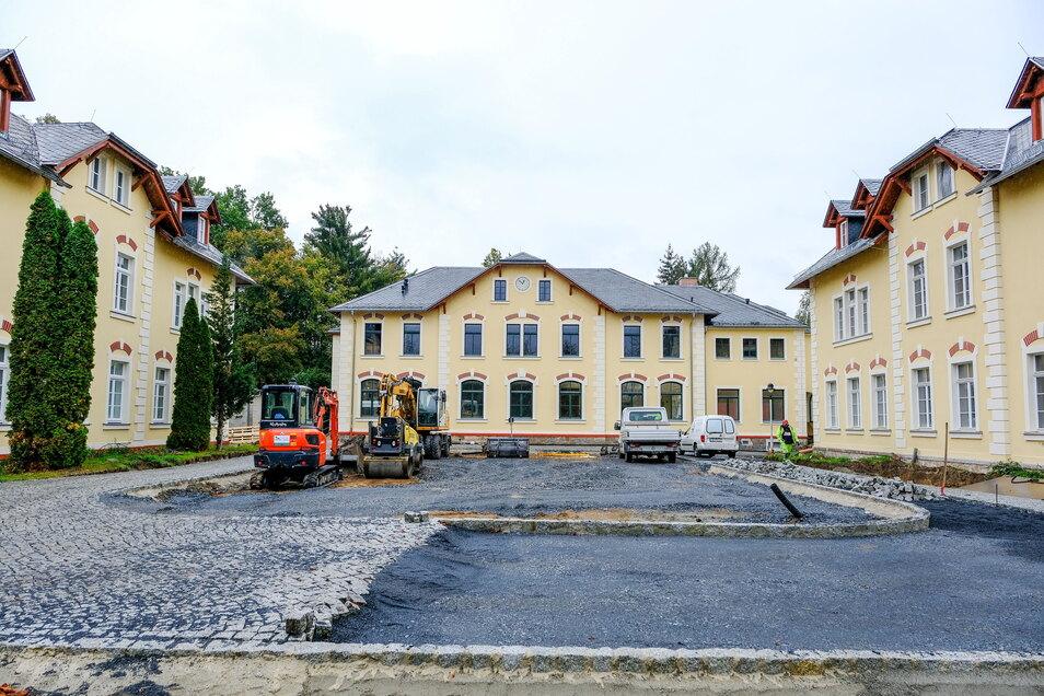 """Letzte Bauarbeiten im Hof: Die Evangelische Schule für Sozialwesen """"Hans Georg Anniès"""" in Moritzburg wird am Freitag eingeweiht."""