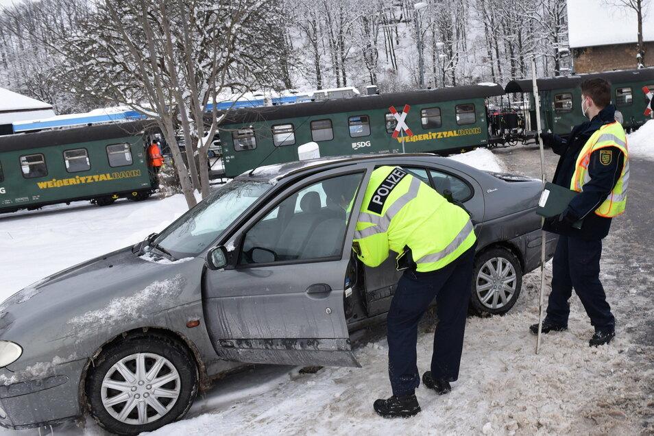 Die Polizei sucht am Mittwochnachmittag die Ursachen für den Zusammenstoß am Bahnübergang Wolframsdorfer Straße.