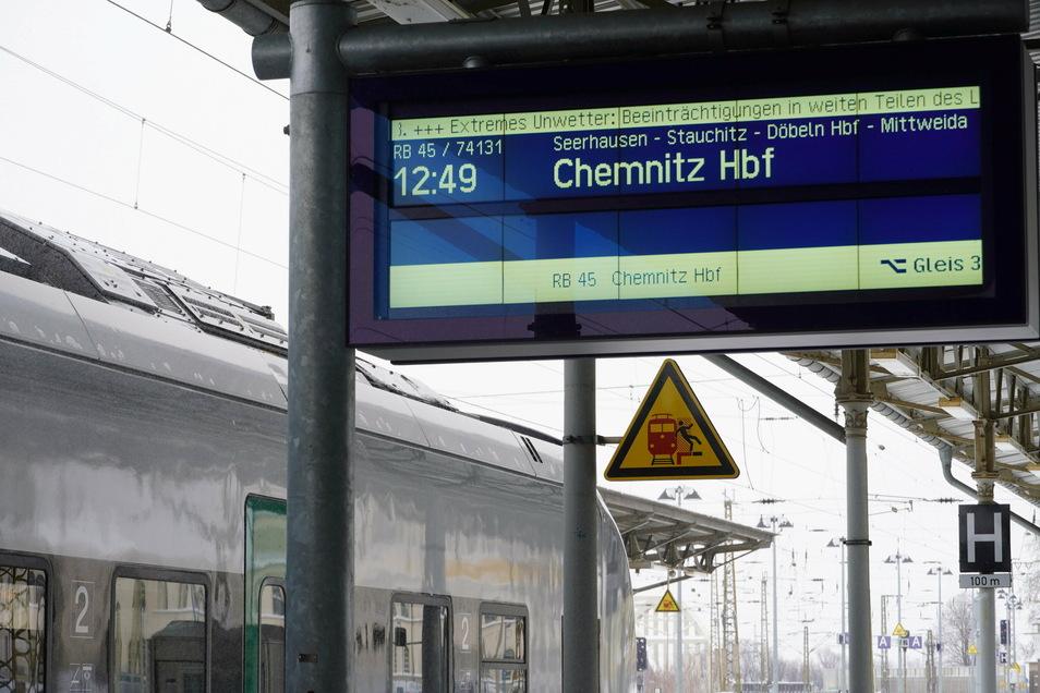 Wegen des starken Schneefalls gibt es Beeinträchtigungen im Zugverkehr.