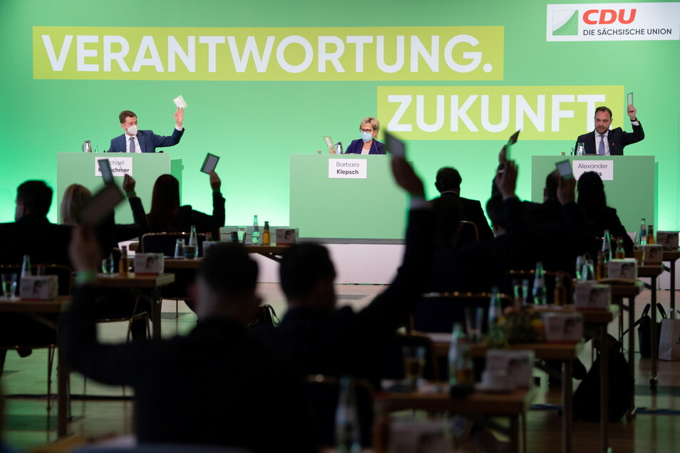 Michael Kretschmer (links), Ministerpräsident von Sachsen, Barbara Klepsch, Ministerin für Kultur und Tourismus in Sachsen, und Alexander Dierks CDU-Generalsekretär in Sachsen beim Landesparteitag in Dresden.