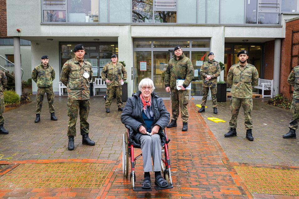 Könnten viel mehr bei Schnelltests und anderem helfen: Bundeswehrsoldaten mit einer Altenheim-Bewohnerin in Oldenburg