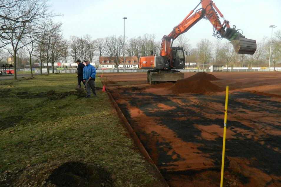 Etwa 800 Tonnen des bisherigen Untergrundes wurden abgebaggert und wegtransportiert.