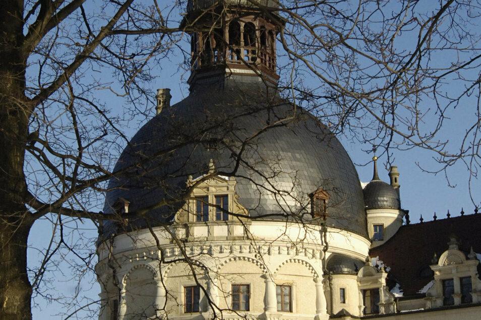 Im dicken Turm des Schlosses Schönfeld soll oberhalb des Herrenzimmers ein neuer Ausstellungsraum entstehen. Doch dort drang jetzt Regenwasser ein.