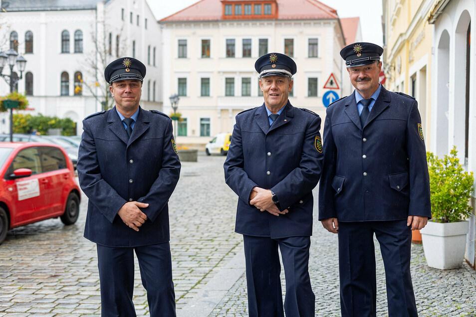 Jonny Kummer (Mitte) verabschiedet sich als Bürgerpolizist in Dippoldiswalde. Sein Nachfolger ist Peter Dippmann (links). Andreas Unterdörfer (rechts) bleibt weiter als Bürgerpolizist tätig.