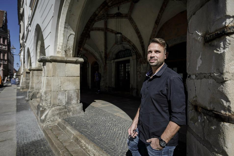 Johannes Daume vor dem Braunen Hirsch am Görlitzer Untermarkt. Daume ist darüber hinaus als Besitzer des Burghotels auf der Landeskrone, des Mittelhofes in Deutsch Ossig und des Rosenhofs bekannt.
