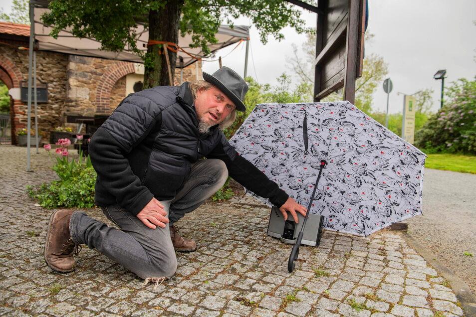 Improvisations-Experte: Ingo Englowski sorgte außerhalb des Gaststättenareals für ein bisschen musikalische Unterhaltung.