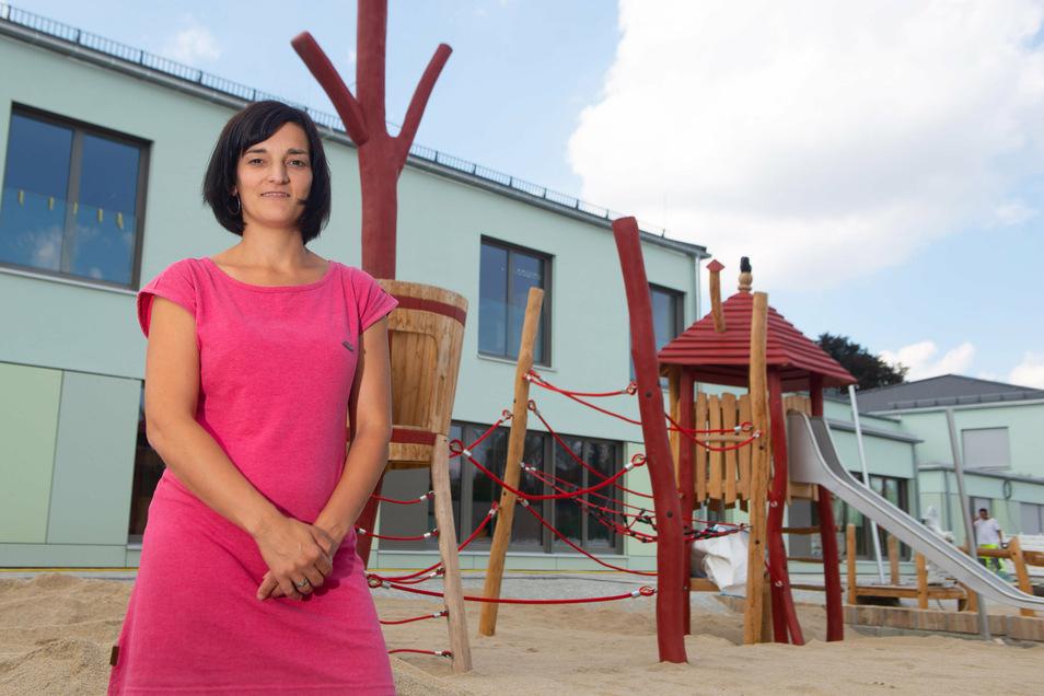 Leiterin Sandra Reppe vor dem neuen Kinderzentrum in Langebrück. Mehr als sechs Millionen Euro flossen in den Bau.