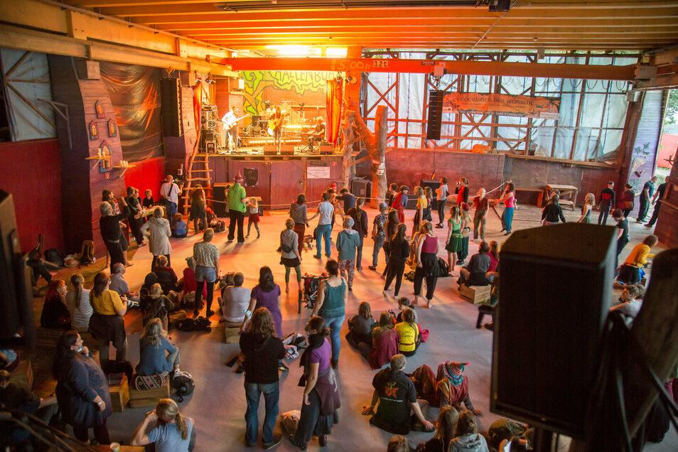Die Sängerin Dota war eine der Publikumslieblinge zum 27. Folklorum. Nicht nur beim Zuhören, auch beim Tanzen galt der Mindestabstand. Nur Familien und Besucher in Gruppen durften sich zusammensetzen.