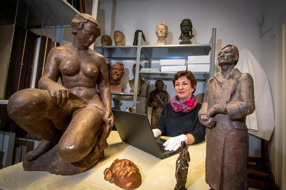 Museumsmitarbeiterin Larissa Batt katalogisiert im Depot des Stadtmuseums die Modelle von Plastiken des Bildhauers Otto Rost. Kunstobjekte stellen einen Schwerpunkt der Sammlung dar.
