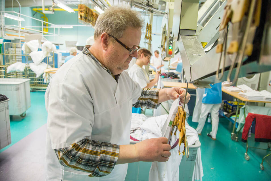 Aushilfskraft für ein paar Stunden: SZ-Redakteur Frank-Uwe Michel schnuppert in die Arbeit der Nieskyer Wäscherei hinein. Hier werden jeden Tag zwei Tonnen Arbeits-, Funktions- und Oberbekleidung gewaschen.