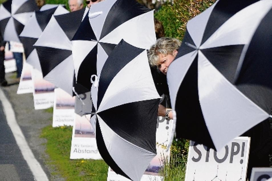 """""""Isser schon durch?"""" Windkraftgegner der BI Strauch und Rödern warteten im April 2012 auf Minister Thomas de Maizière, der zu den Feierlichkeiten der Wacker-Chemie erwartet wurde."""