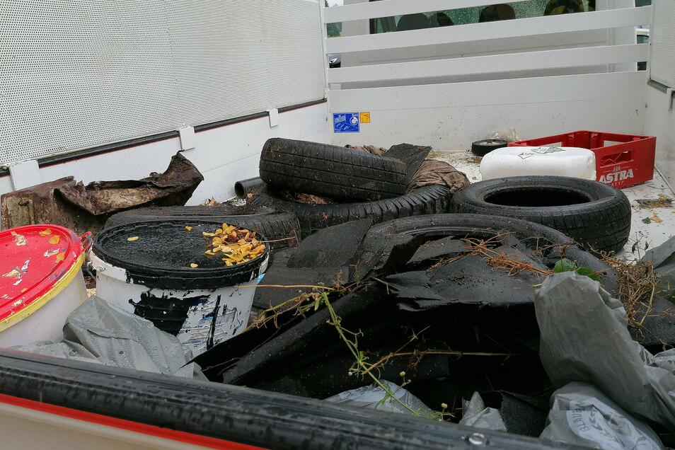 Bei der Müllsammelaktion in Bischofswerda wurden auch größere Stücke gefunden, darunter alte Reifen und Farbeimer.