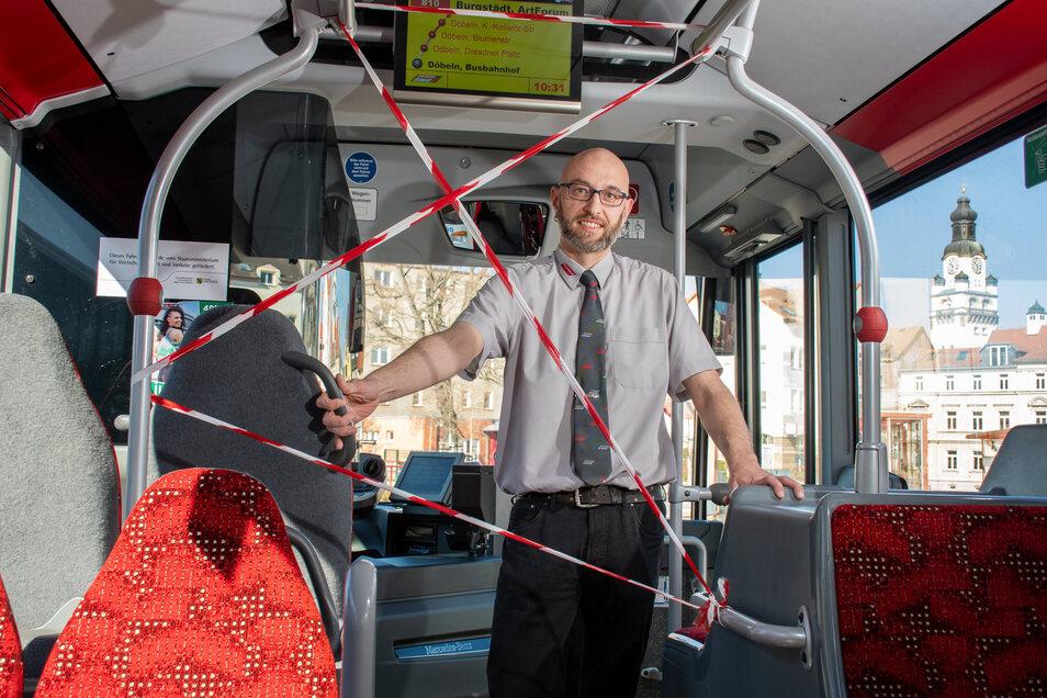 Symbolbild: Busfahrer Hagen Lorenz zeigt den provisorischen Corona-Schutz.