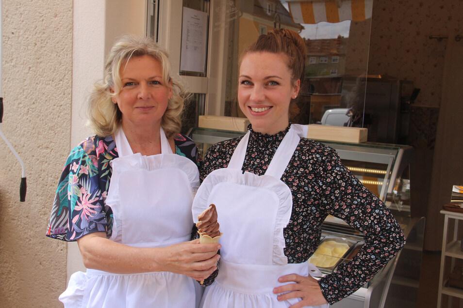 Katrin Solak-Halse und ihre Tochter Francie Halse verkaufen an der Karl-Liebknecht-Straße in Bautzen jetzt unter anderem Softeis.