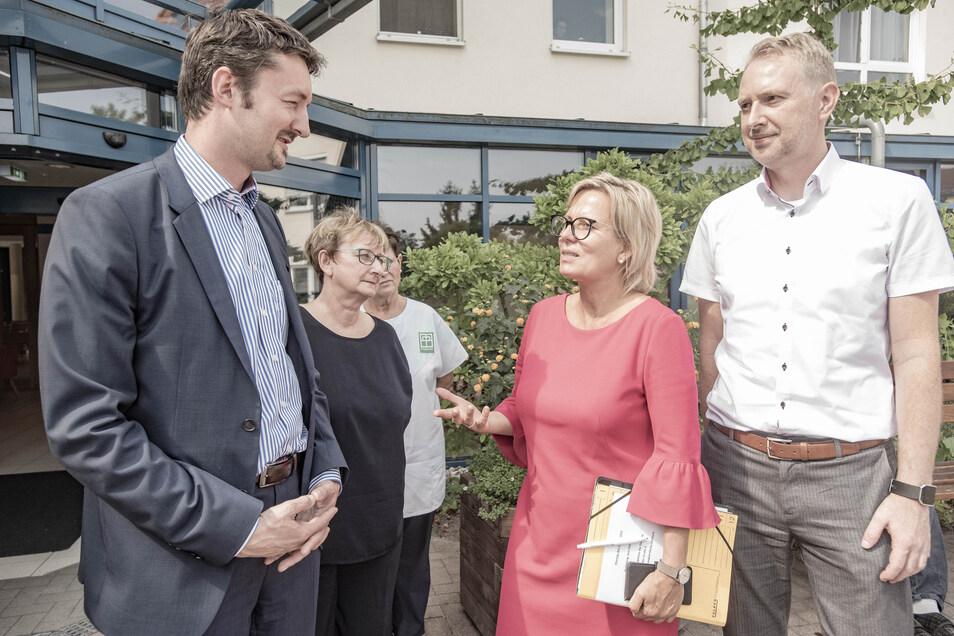 Sven Marschel (l.) vom Pflegeheim der Diakonie in Ottendorf-Okrilla im Gespräch mit Sozialministerin Barbara Klepsch (CDU) und dem Landtagskandidaten der Christdemokraten, Mathias Kockert (r.).
