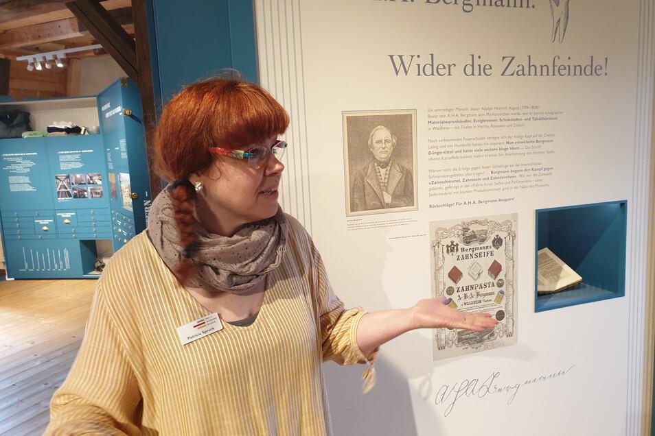 Museumspädagogin Patricia Spruck erklärt im Heimatmuseum Waldheim die Geschichte der Marke Florena.