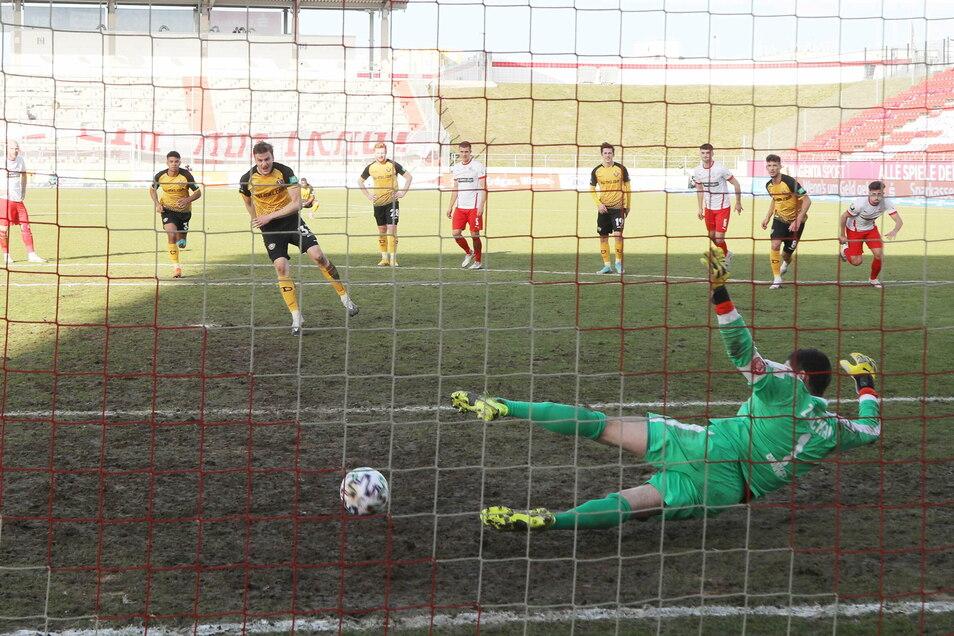 Berechtigt oder nicht: Christoph Daferner verwandelt den Handelfmeter sicher zum 2:0 für Dynamo und lässt Zwickaus starkem Torwart Johannes Brinkies keine Chance.