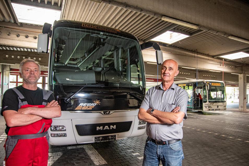 Normalerweise fährt Axel Kaiser (links) einen Reisebus von Reisegenuss. Doch der bleibt zurzeit noch bei Ivica Boskovie, dem Leiter der Döbelner Betriebsstätte von Regiobus, stehen. Erst ab Juli starten die ersten Reisen wieder.