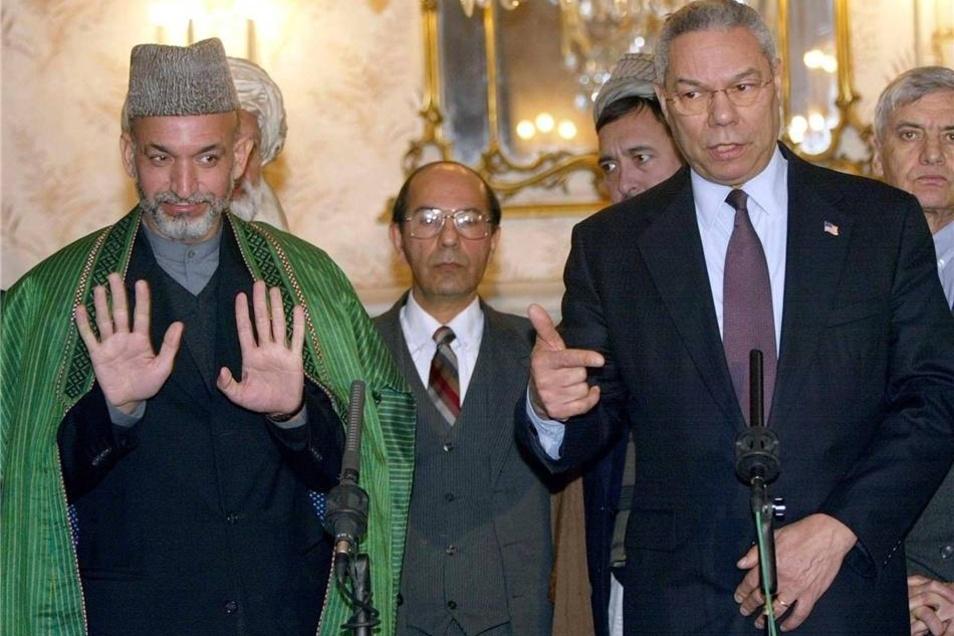 Der US-Außenminister Colin Powell (rechts) im Januar 2002 bei einer Pressekonferenz mit dem damaligen afghanischen Interimspräsidenten Hamid Karzai (links) im Präsidentenpalast Kabuls.