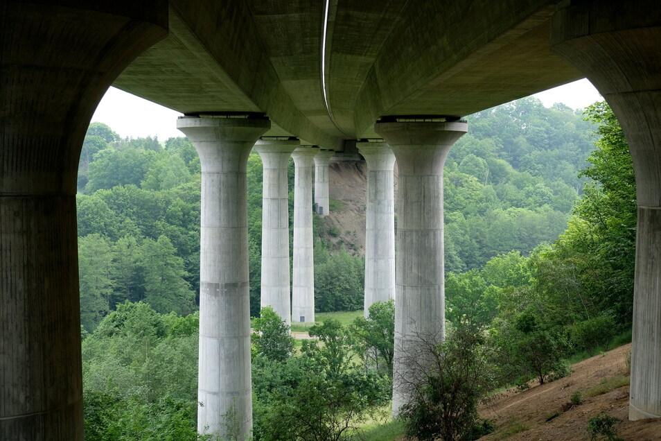 Über 420 Meter lang ist die Triebischtalbrücke, welche die A4 seit 1999 über das Tanneberger Loch führt. Für das riesige Bauwerk besteht ein erheblicher Wartungsaufwand, der immer wieder zu Verkehrseinschränkungen führt.