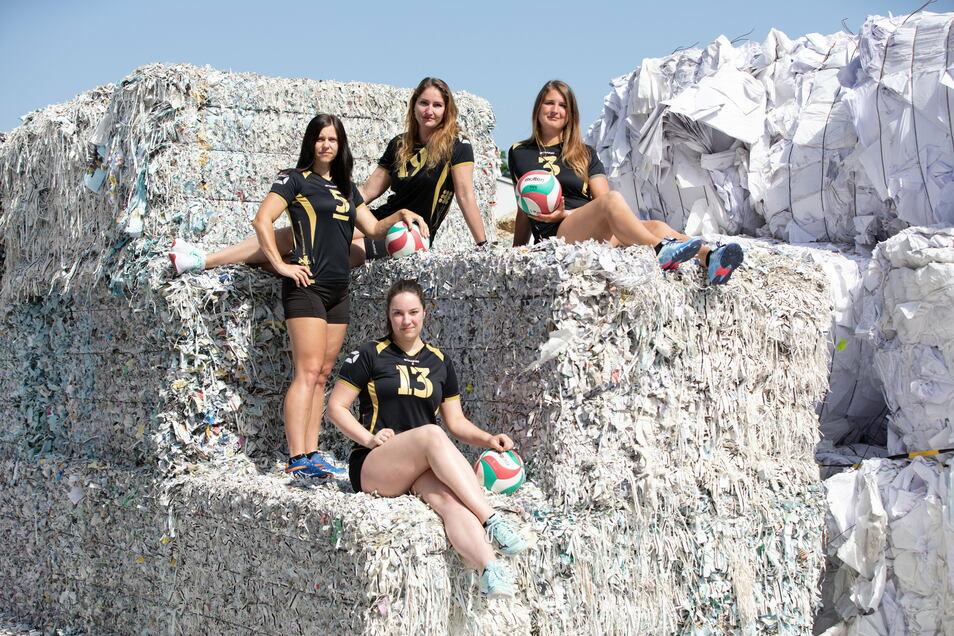 Ungewöhnlicher Einsatz: Für einen Kalender kletterten die Volleyball-Frauen auf einen Papierberg.