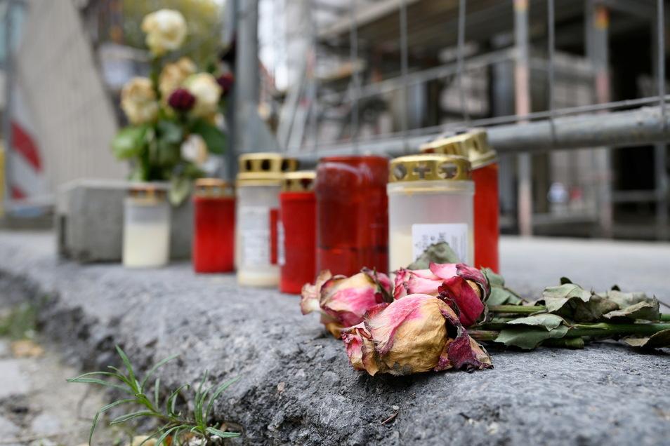 Kerzen und Blumen erinnerten am Tatort an das Verbrechen.