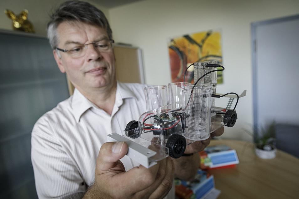 Frank Dörfer mit dem Modellsatz für ein Wasserstoffmodellauto.