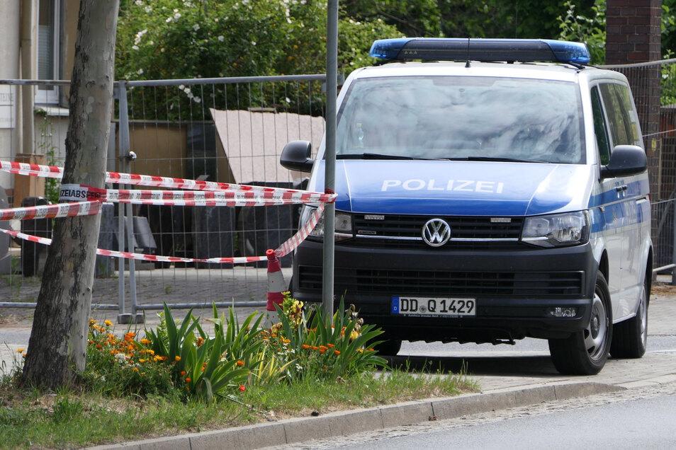 Polizisten untersuchen den Tatort.
