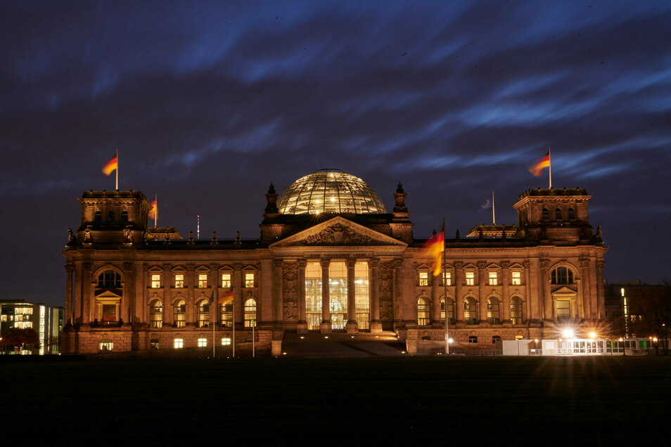 Blick auf das Reichstagsgebäudein Berlin: Der Bundestag den steuerfreien Corona-Bonus für Parlamentsbeschäftigte verteidigt.