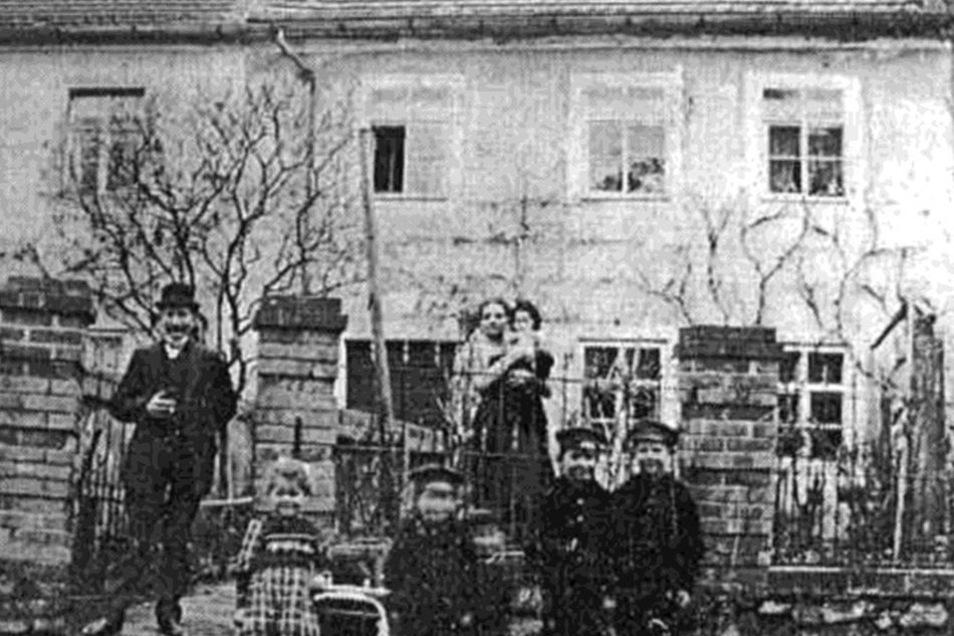 Familie Weser vor der ehemaligen Schule Doernestraße.