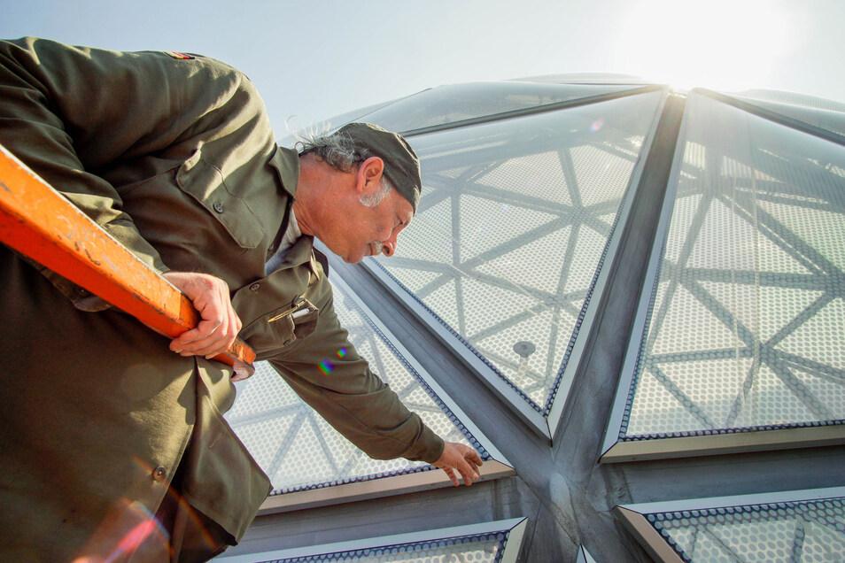 Bernhard Loichinger von der Firma Velabran kontrolliert die Außenhaut des Eingangsbereichs. Überprüft werden dabei unter anderem die Dichtungen zwischen den einzelnen Konstruktionselementen.