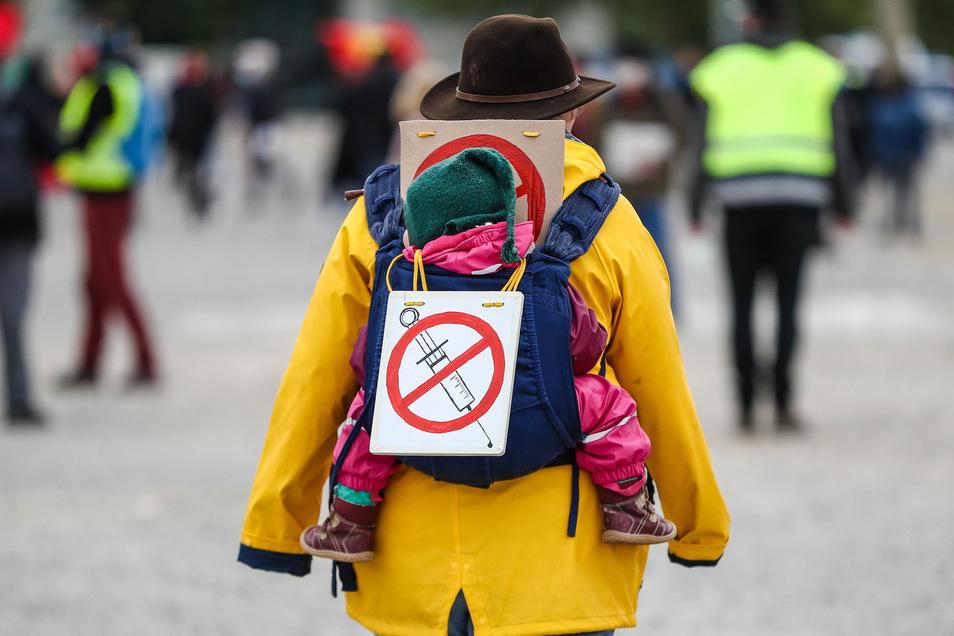 An den aktuellen Demonstrationen gegen die Corona-Maßnahmen nehmen auch etliche Impfskeptiker teil. Eine Impfpflicht gegen das Coronavirus soll es aber nicht geben.