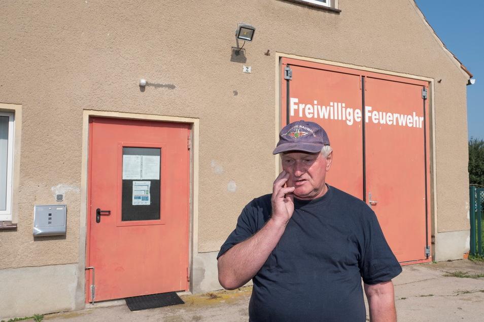 Vorm alten Gerätehaus erinnert sich Kassenwart Peter Schumann, wie schwer es war, es zu beheizen. Zum Umziehen mussten die Kameraden in ein Nebengebäude.