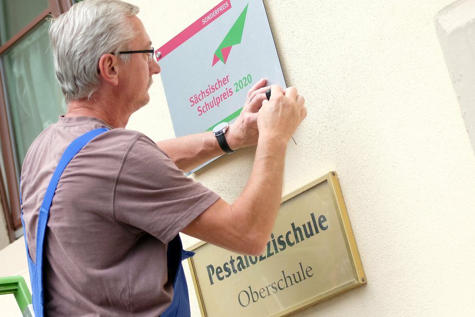 Seit Dienstag prangt ein neues Schild am Eingang der Pestalozzi-Oberschule.