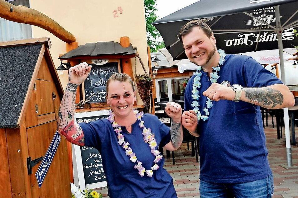 """Nadine und Bastian Bormann sind Mitarbeiter in der Schloss Schänke in Bad Muskau und freuen sich riesig, dass sie ab heute im Biergarten """"endlich wieder Gäste richtig bedienen"""" dürfen. Für die ersten Gäste gibt es bei ihnen Hawaii-Ketten als Begrü"""