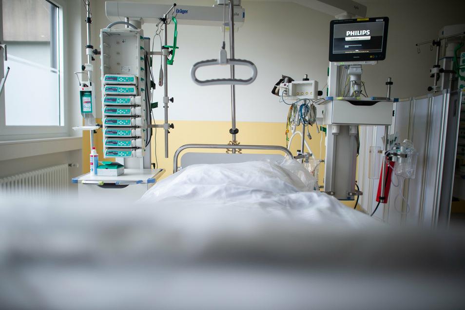 Blick in die Intensivstation eines Krankenhauses. Auch im Landkreis Bautzen müssen immer mehr Menschen mit einer Covid-19-Infektion intensivmedizinisch behandelt werden.