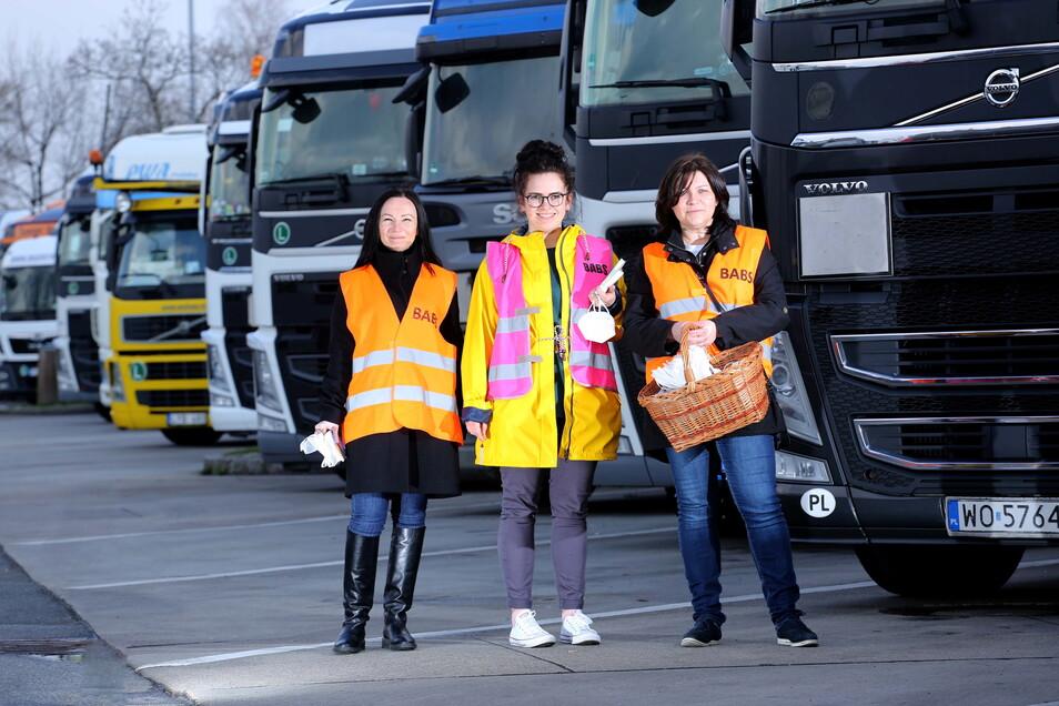 Șomerii Albert, Polina Bokayova și Leona Blahova (de la stânga la dreapta) informează șoferii despre drepturile lor.