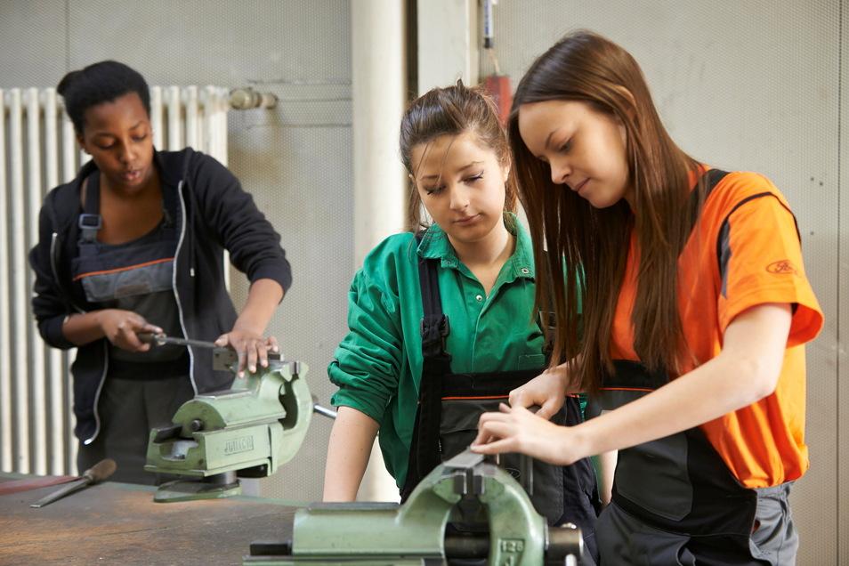 Auch Mädchen interessieren sich zunehmend für Berufe, bei denen handwerkliche Fähigkeiten gefragt sind.